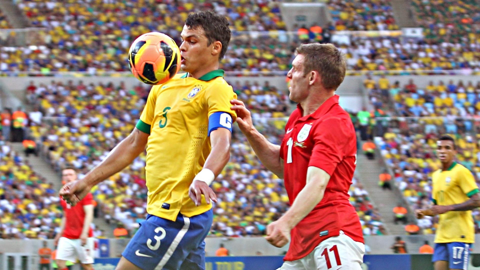 02.jun.2013 - Thiago Silva domina a bola no peito durante amistoso entre Brasil e Inglaterra no Maracanã
