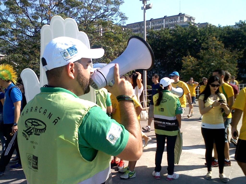 Animador orienta torcedores que chegam ao Maracanã. Faltando duas horas e meia para o jogo, o movimento é tranquilo.