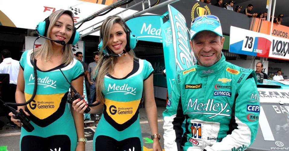 Ao lado de Rubinho Barrichello, grid girls sorriem no Grande Prêmio de Brasília da Stock Car