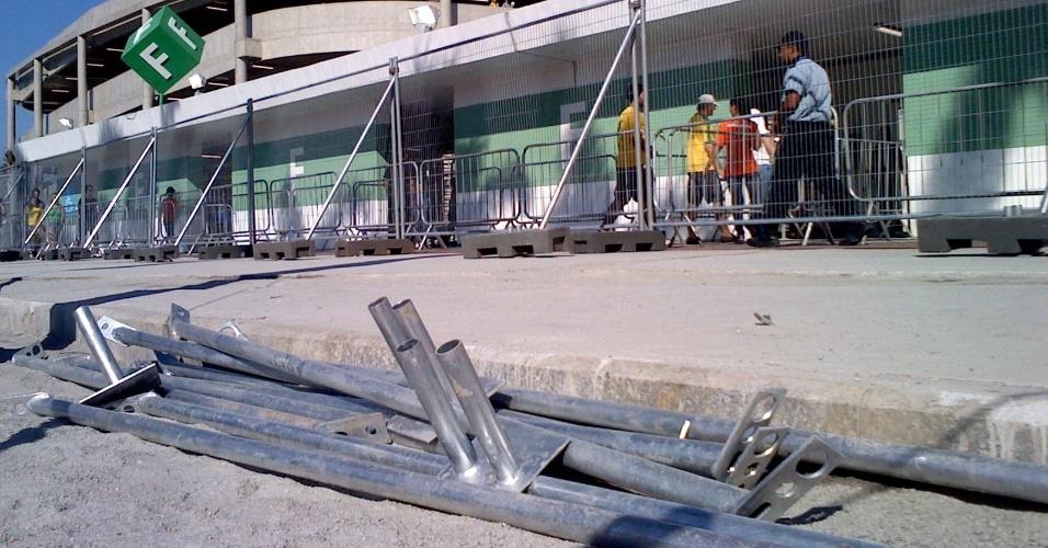 Barras de metal deixadas ao lado do Maracanã são ameaça à seguranca de torcedores que estão no estádio