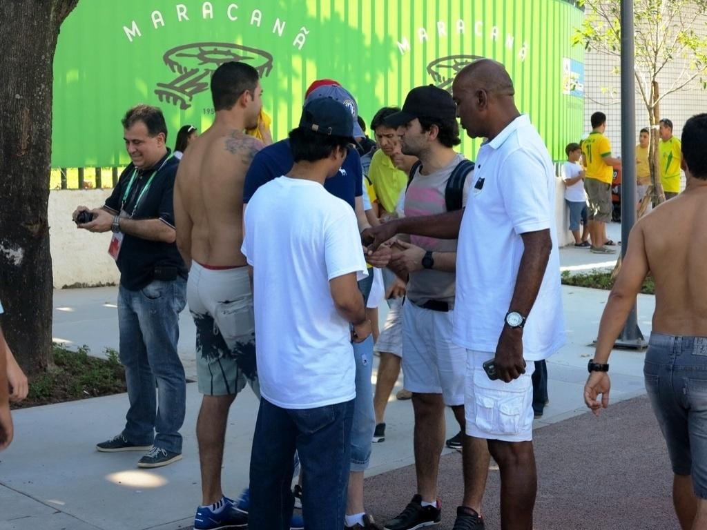 Cambistas agem livremente no entorno do Maracanã