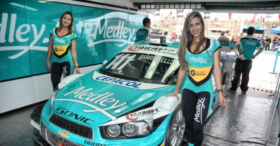 Grid girls apresentam carro de Rubinho Barrichello no Grande Prêmio de Brasília da Stock car