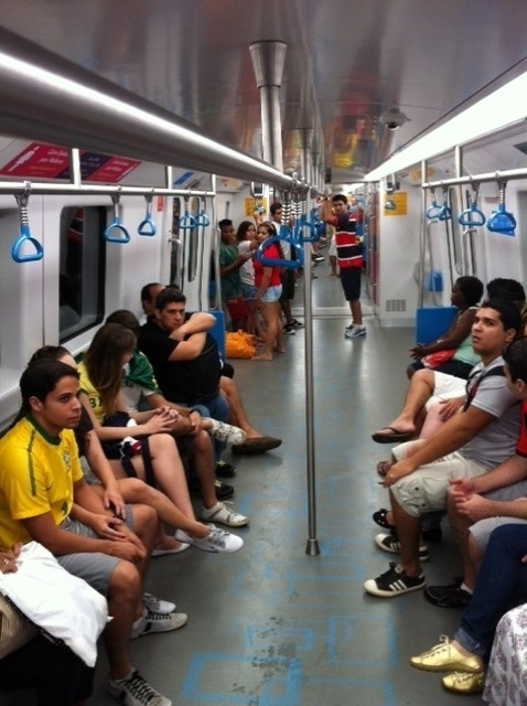 Indicada pelos organizadores do jogo como melhor meio de transporte para ir ao estádio, o metrô foi uma boa opção. O funcionamento duas horas antes do jogo era bom, com espaço nos vagões e clima de jogo, com torcedores vestidos com camisas do Brasil. O trajeto do Central do Brasil à estação Maracanã levou cinco minutos.