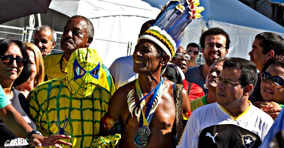 Torcedores de diferentes estilos chegam ao Maracanã
