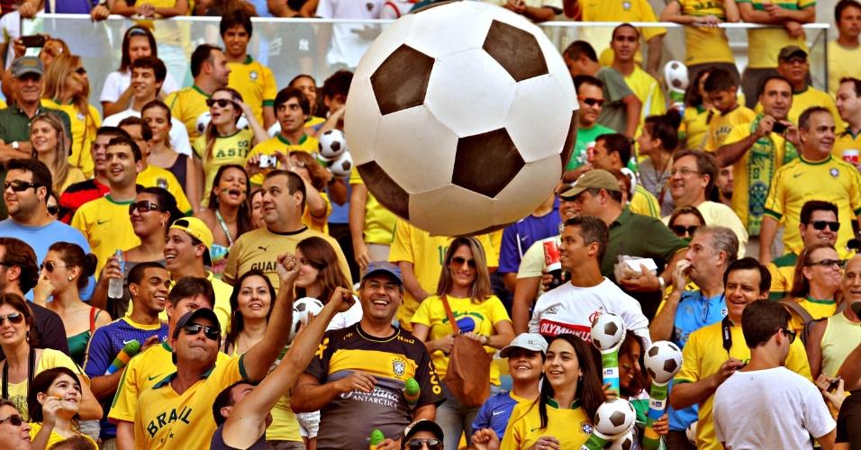 Torcida brasileira faz festa nas arquibancadas do Maracanã antes do amistoso entre Brasil e Inglaterra