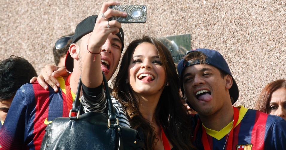 03.jun.2013 - Bruna Marquezine posa para foto com amigos de Neymar antes da apresentação do namorado em Barcelona