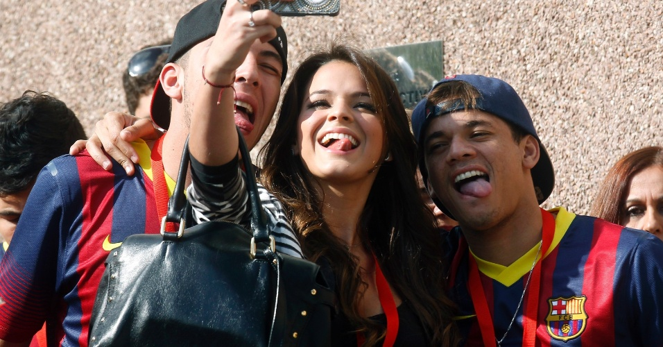 03.jun.2013 - Bruna Marquezine tira foto com amigos de Neymar em Barcelona antes da apresentação do namorado ao clube espanhol