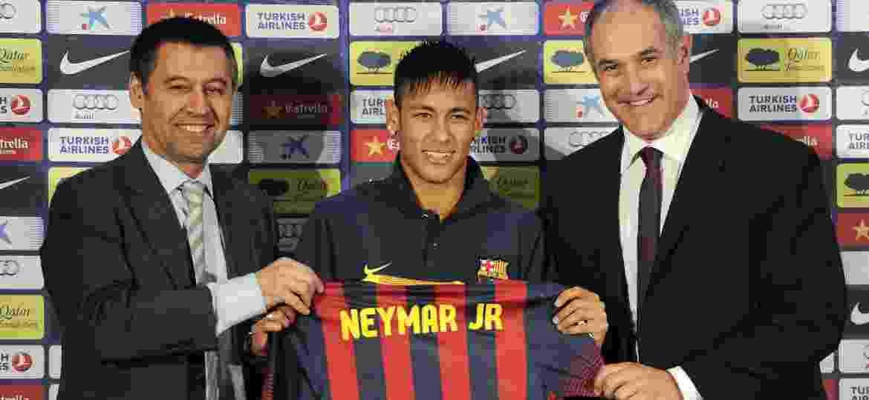 Neymar exibe camisa ao lado do então vice-presidente do clube, Josep Maria Bartomeu (esq) - David Ramos/Getty Images