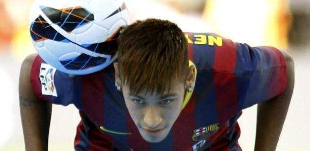 Neymar em sua apresentação ao Barcelona; atacante já saiu do clube e disputa segue - EFE/Toni Albir