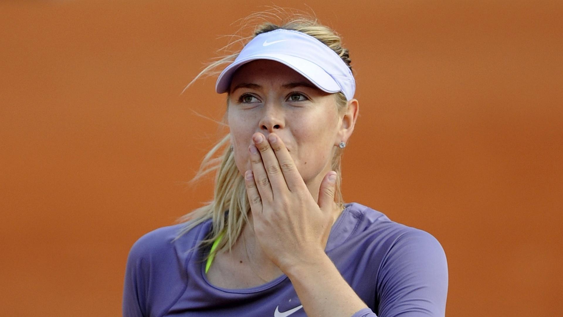 03.jun.2013 - Sharapova comemora vitória sobre Sloane Stephens em Roland Garros