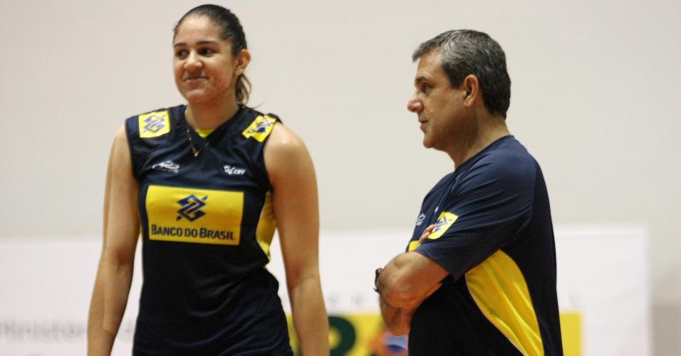 22.jul.2011 - Ponteira Natália é orientada pelo técnico José Roberto Guimarães durante treino da seleção brasileira