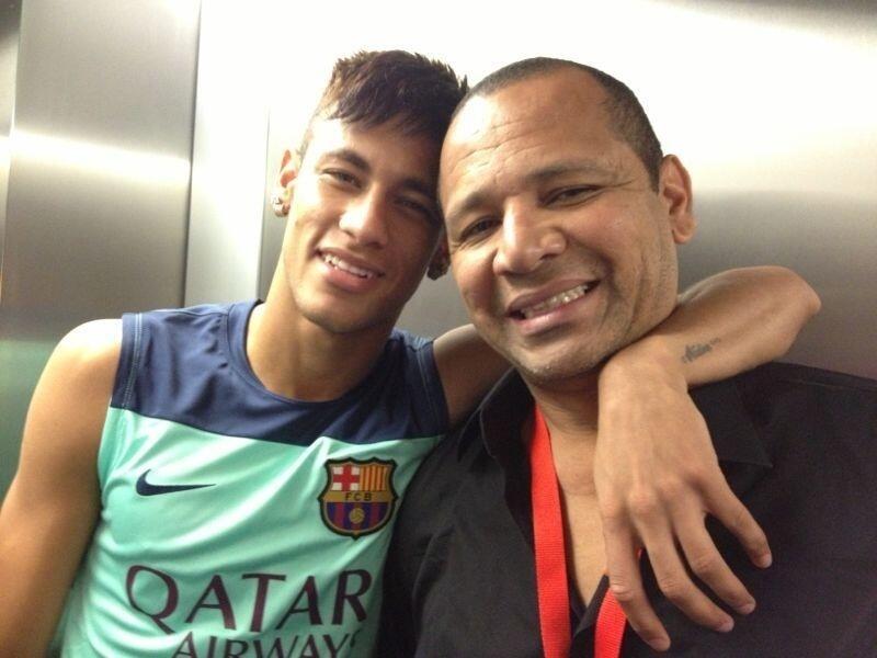 Neymar ao lado do pai após fazer exames médicos no Barcelona