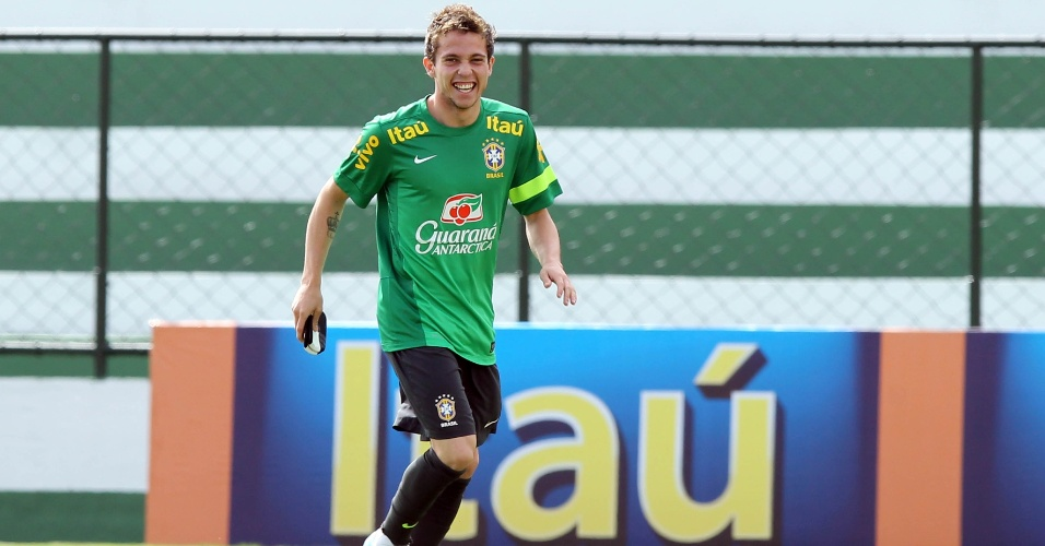 04.jun.2013 - Bernard, meia do Atlético-MG, corre do gramado durante treinamento da seleção brasileira em Goiânia
