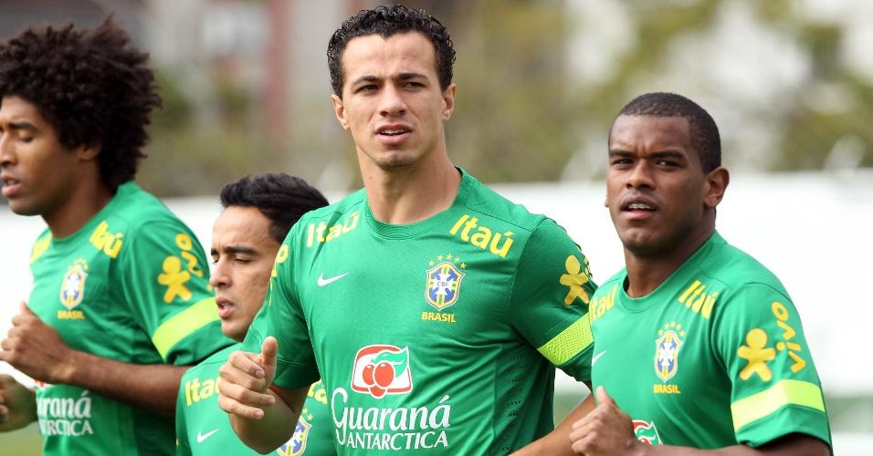 04.jun.2013 - Dante, Jádson, Leandro Damião e Fernando correm durante treinamento da seleção brasileira, nesta terça-feira, em Goiânia