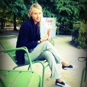 04.jun.2013 - Sharapova lê durante folga em Roland Garros