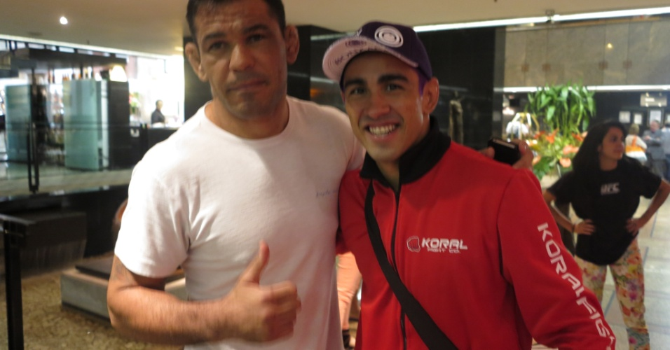 Minotauro posa com Pepey, vice-campeão do TUF Brasil 1, no hotel que acomoda os lutadores do TUF Brasil 2 Finales, neste sábado