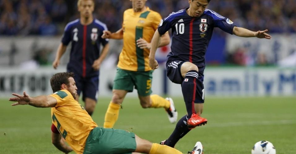 04.jun.2013 - Shinji Kagawa tenta driblar Lucas Neill durante encontro entre Japão e Austrália pelas eliminatórias da Copa-2014