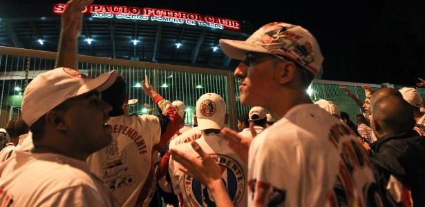 Torcedores manifestaram no portão do Morumbi após derrota do São Paulo - Julia Chequer/Folhapress