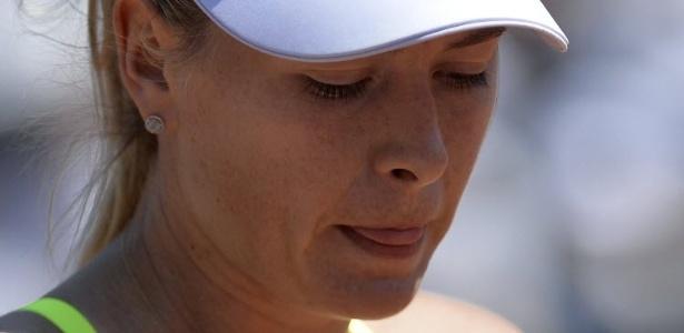05.jun.2013 - Maria Sharapova mostra a língua durante a derrota por 6-0 no primeiro set do duelo com Jelena Jankovic nas quartas em Paris