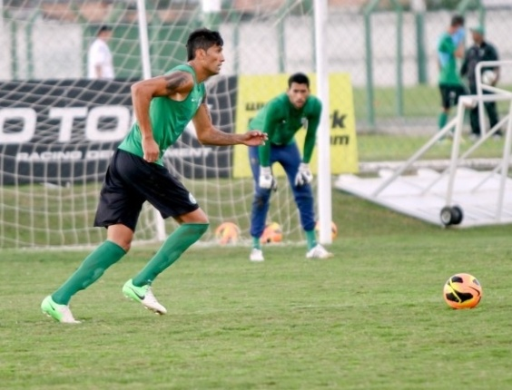 Escudero participa de treino com o restante do elenco do Coritiba