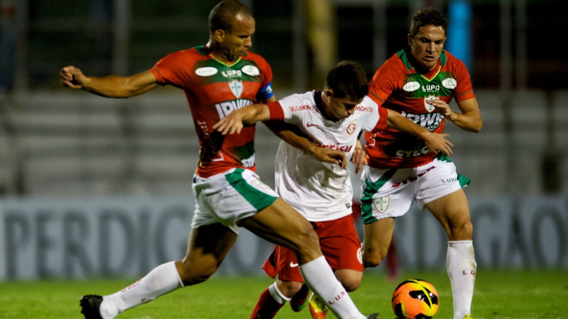Otávio, do Inter, disputa bola com Ferdinando da Portuguesa, na 4ª rodada do Brasileirão (05/06/13)
