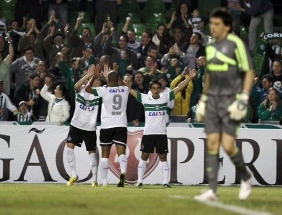 06.06.13 - Jogadores do Coritiba comemoram após gol contra o Fluminense no Couto Pereira pelo Brasileirão
