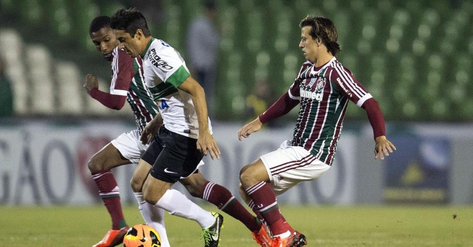 06.06.13 - Rhayner e Diguinho disputam bola com jogador do Coritiba em partida válida pelo Brasileirão