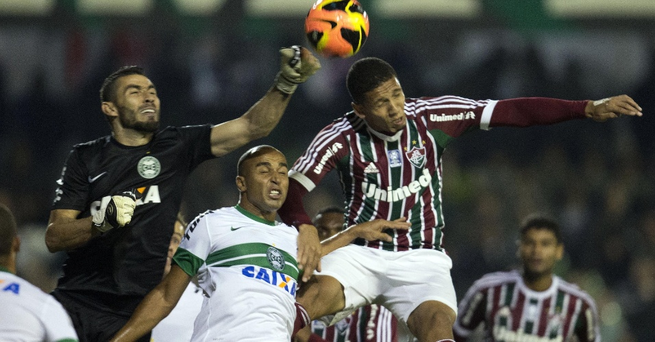 06.06.13 - Vanderlei afasta, de soco, o perigo da área do Coritiba no jogo contra o Fluminense