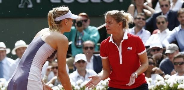 06.jun.2013 - Maria Sharapova reclama com a árbitra após bola duvidosa na semifinal contra Azarenka