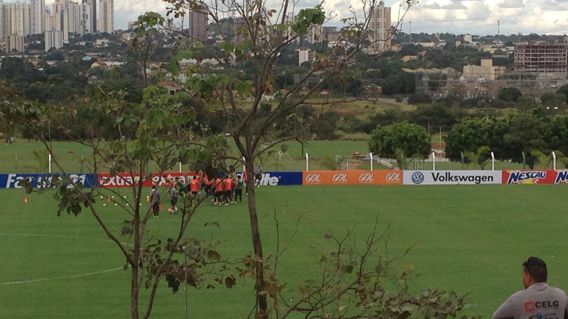 06jun2013 - Operário vê treino secreto da seleção brasileira em Goiânia