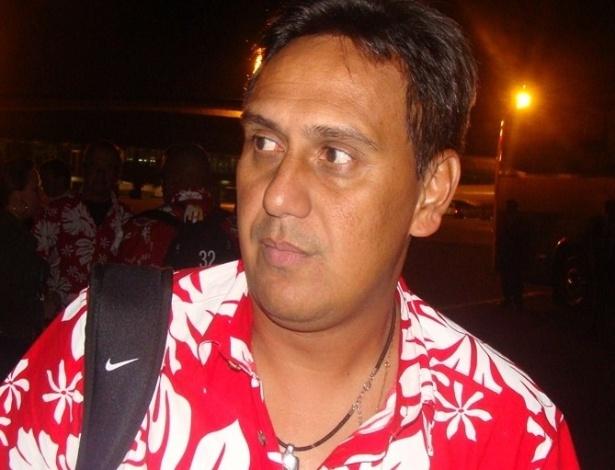 07.jun.2013 - Eddy Etaeta, técnico do Taiti, desembarca em Belo Horizonte usado camisa florida, típica da Polinésia