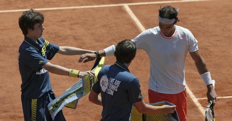 07.jun.2013 - Nadal pega toalhas durante a semifinal de Roland Garros contra Djokovic
