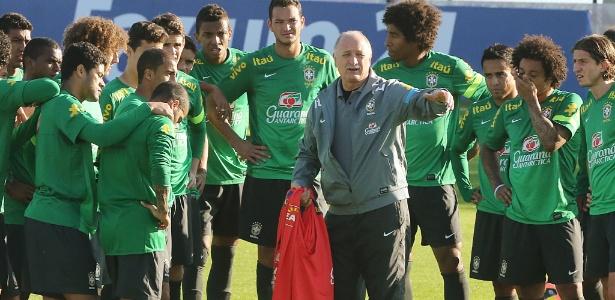 Técnico Luiz Felipe Scolari orienta elenco da seleção brasileira durante treino