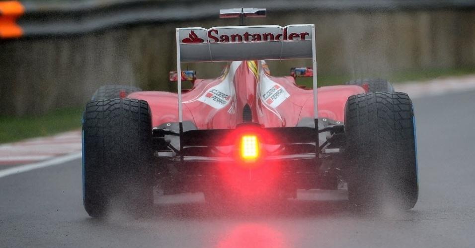 Alonso entrou no início do treino com pista molhada. Choveu na quinta-feira e começo do dia. Asfalto ficou mais cedo mais tarde
