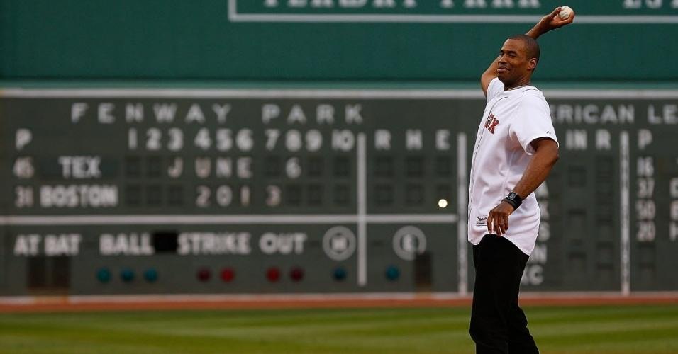 06.jun.2013 - Jason Collins, jogador da NBA que assumiu ser homossexual, é homenageado em jogo de beisebol do Boston Red Sox