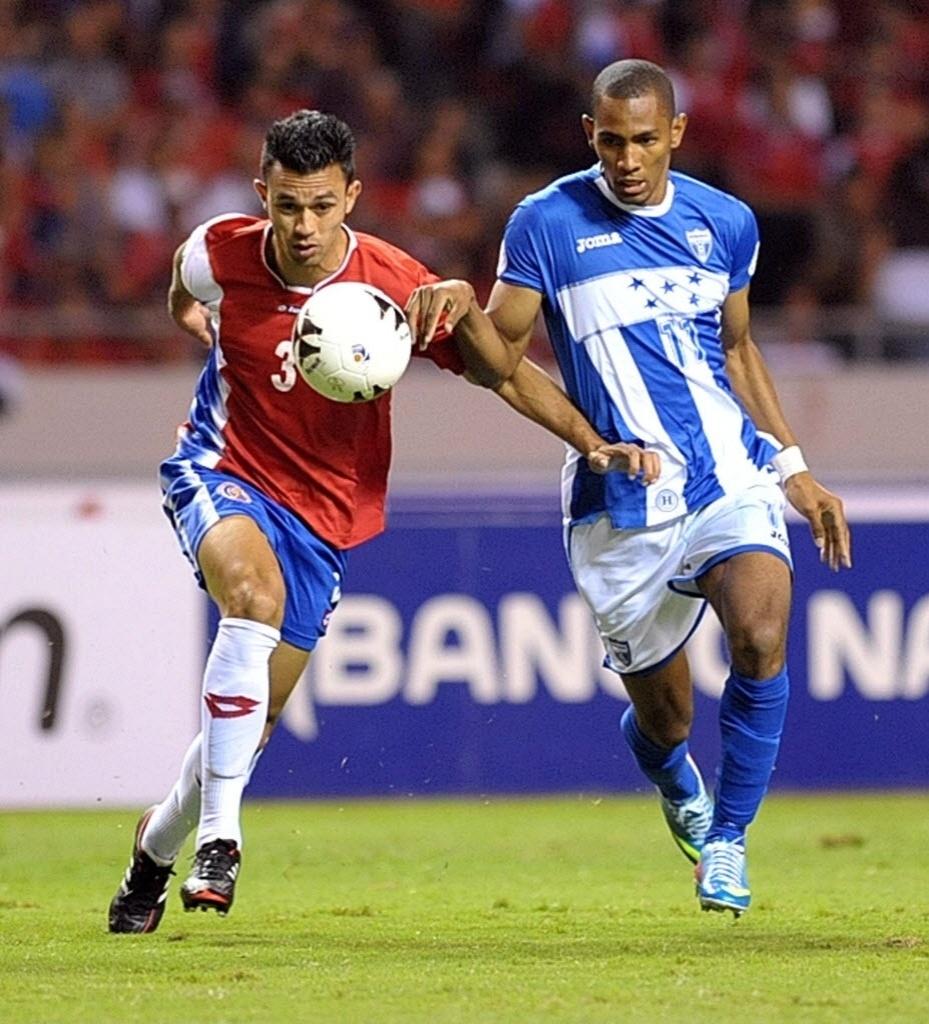 07.jun.2013 - Jogadores da Costa Rica e de Honduras disputam bola na partida das eliminatórias da Copa-2014; costarriquenhos venceram por 1 a 0