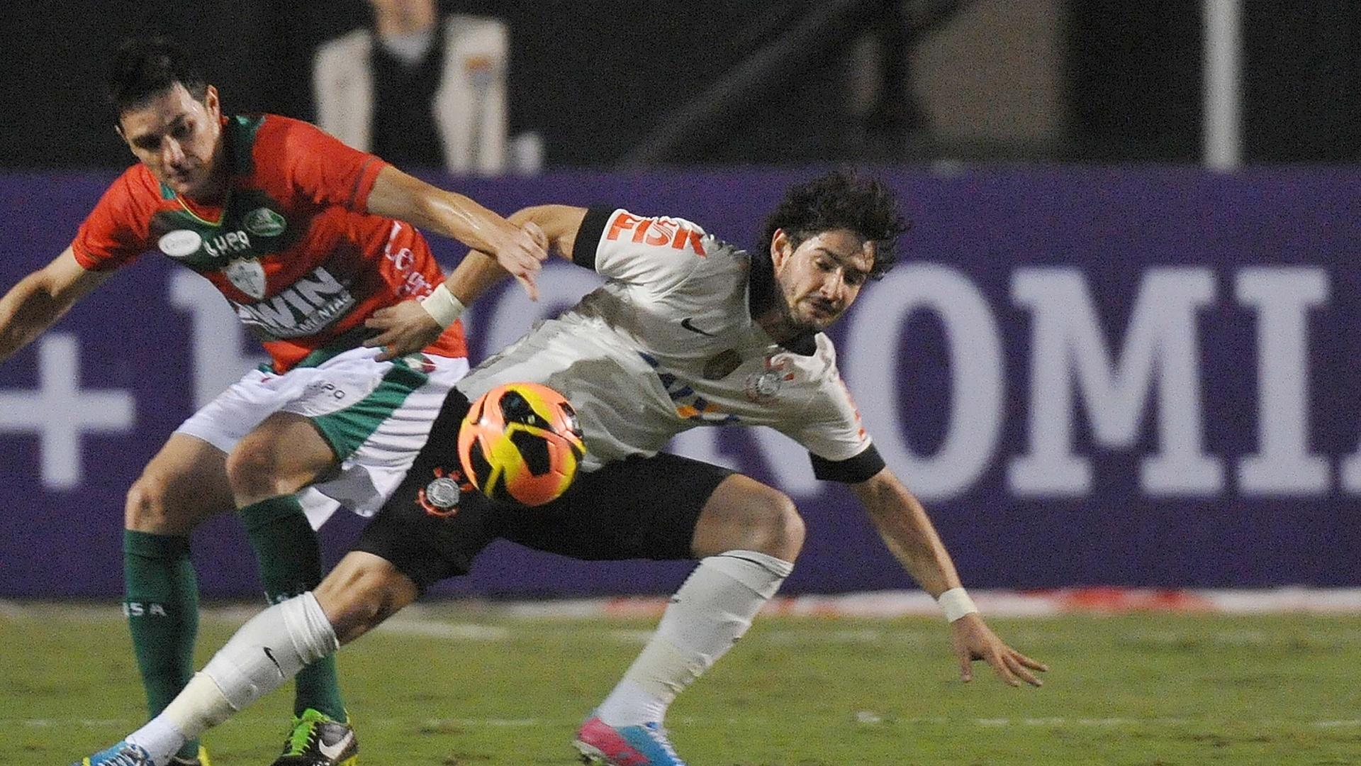 08.jun.2013 - Alexandre Pato, atacante do Corinthians, disputa bola com a defesa da Portuguesa durante jogo pelo Campeonato Brasileiro