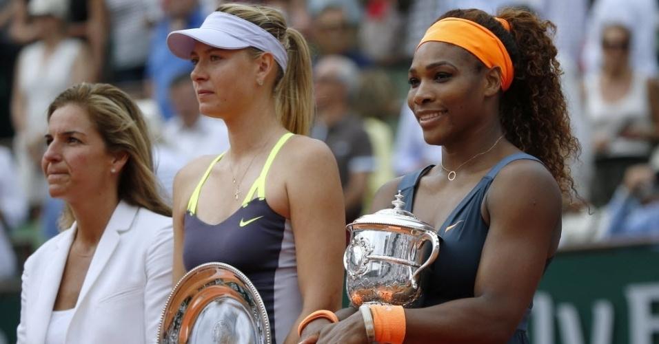 08.jun.2013 - Ao lado da espanhola Arantxa Sanchez, tricampeã em Paris, Maria Sharapova e Serena Williams posam com seus troféus