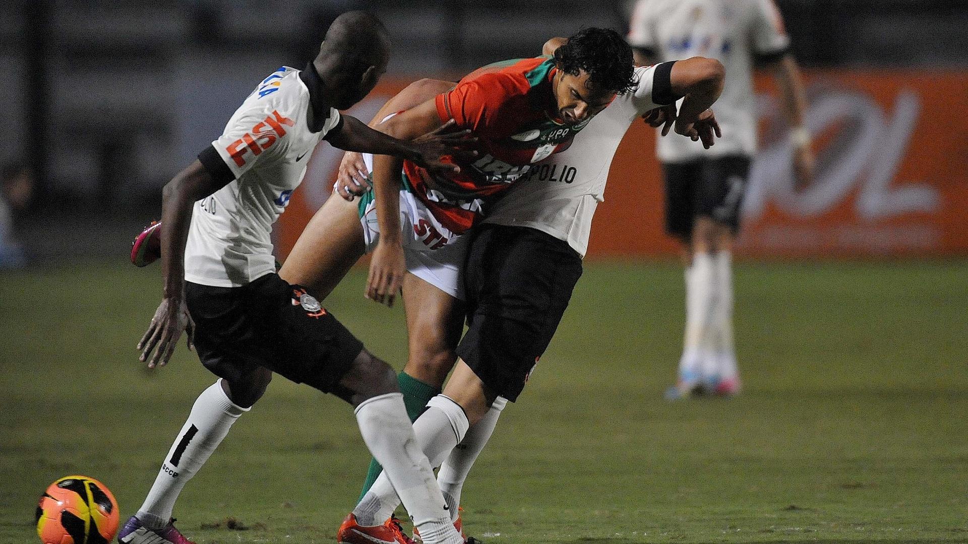 08.jun.2013 - Diogo, atacante da Portuguesa, tenta se livrar de defensores do Corinthians durante jogo pelo Campeonato Brasileiro