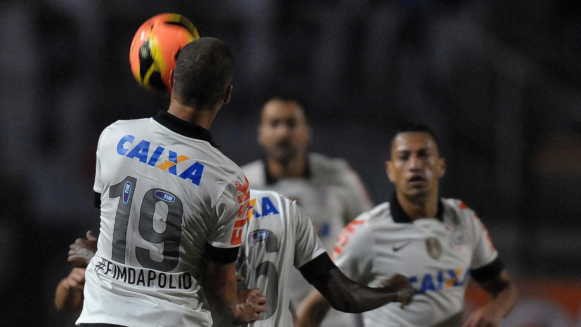 08.jun.2013 - Guilherme (e), do Corinthians, sobe para afastar a bola durante jogo contra a Portuguesa pelo Campeoanto Brasileiro