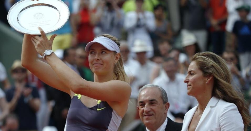 08.jun.2013 - Maria Sharapova levanta o troféu de vice-campeão de Roland Garros 2013