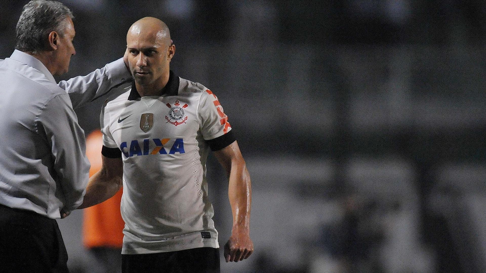 08.jun.2013 - Técnico Tite, do Corinthians, consola lateral Alessandro, que deixou o jogo contra a Portuguesa machucado