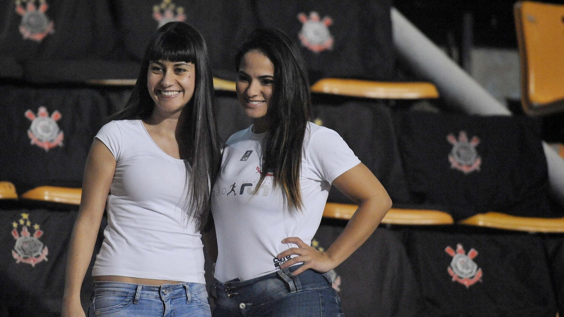 08.jun.2013 - Torcedoras do Corinthians marcam presença no Pacaembu antes de jogo contra a Portuguesa pelo Brasileiro