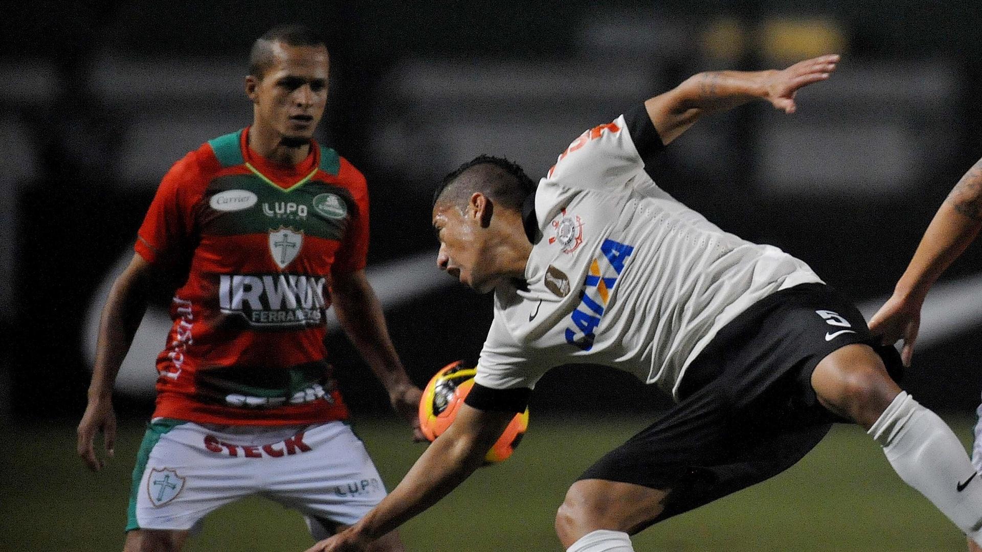 08.jun.2013 - Volante Ralf (d), do Corinthians, disputa posse de bola com meia Souza, da Portuguesa, durante jogo pelo Campeonato Brasileiro
