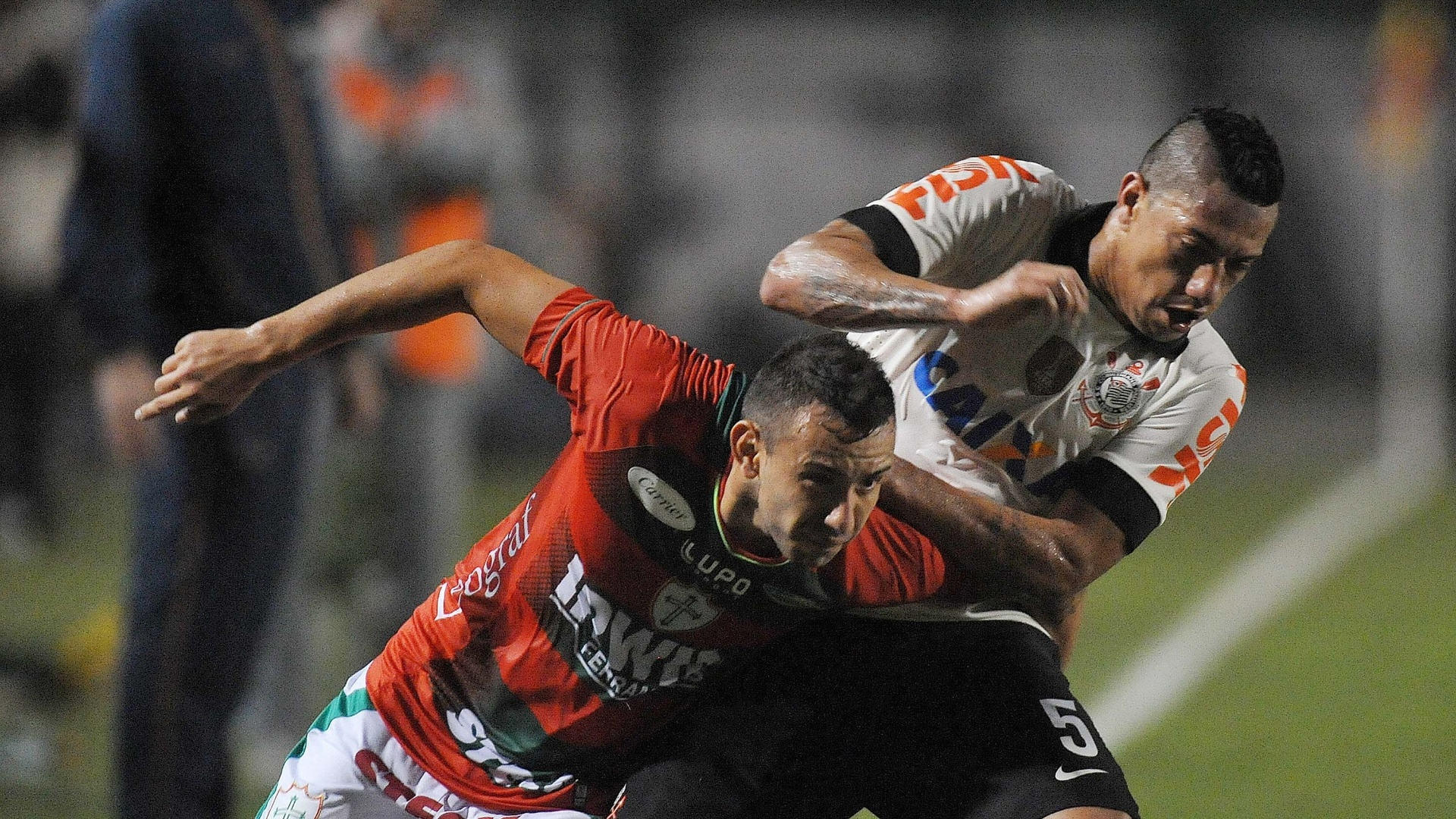 08.jun.2013 - Volante Ralf, do Corinthians, tenta desarmar jogador da Portuguesa em jogo do Campeonato Brasileiro