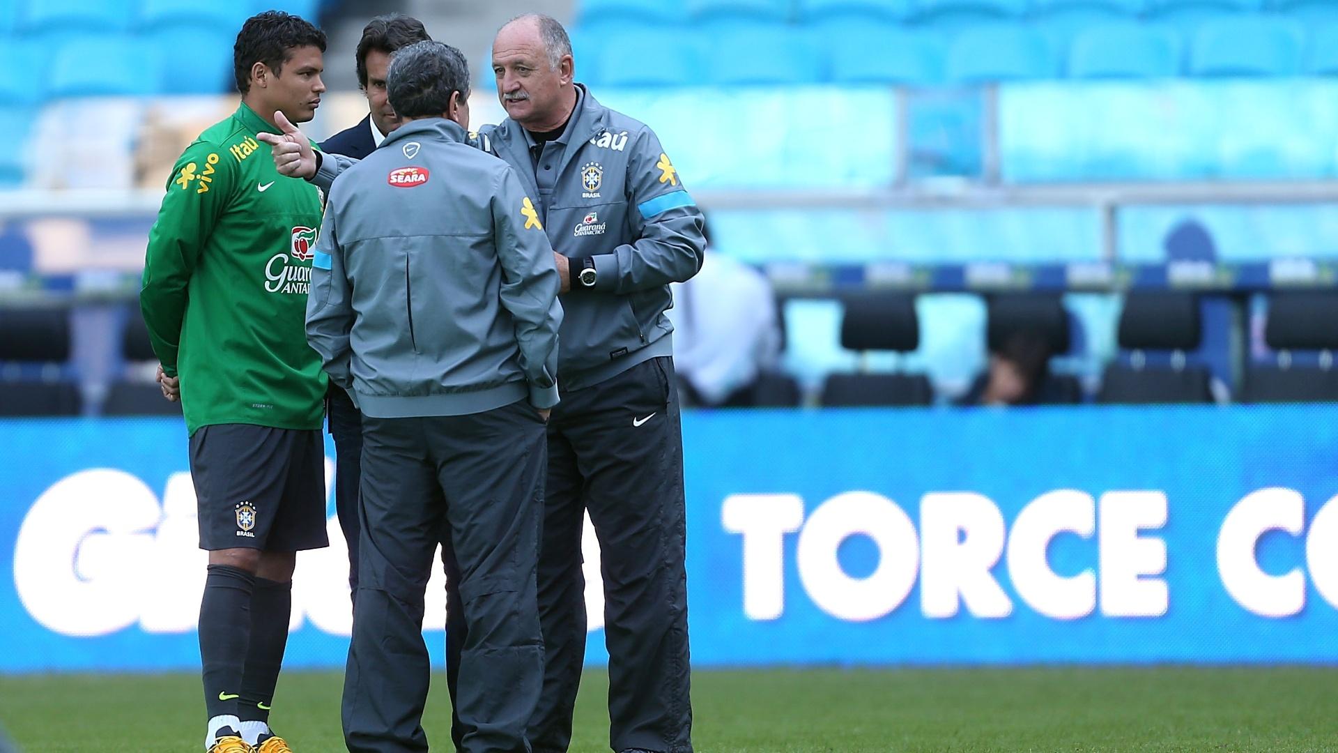 Capitão Thiago Silva conversa com comissão técnica em treino da seleção brasileira em Porto Alegre