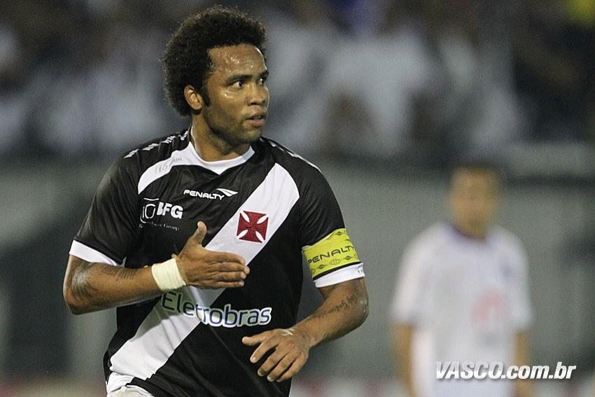 Carlos Alberto comemora o gol de pênalti marcado sobre o Bahia (08/06/2013)