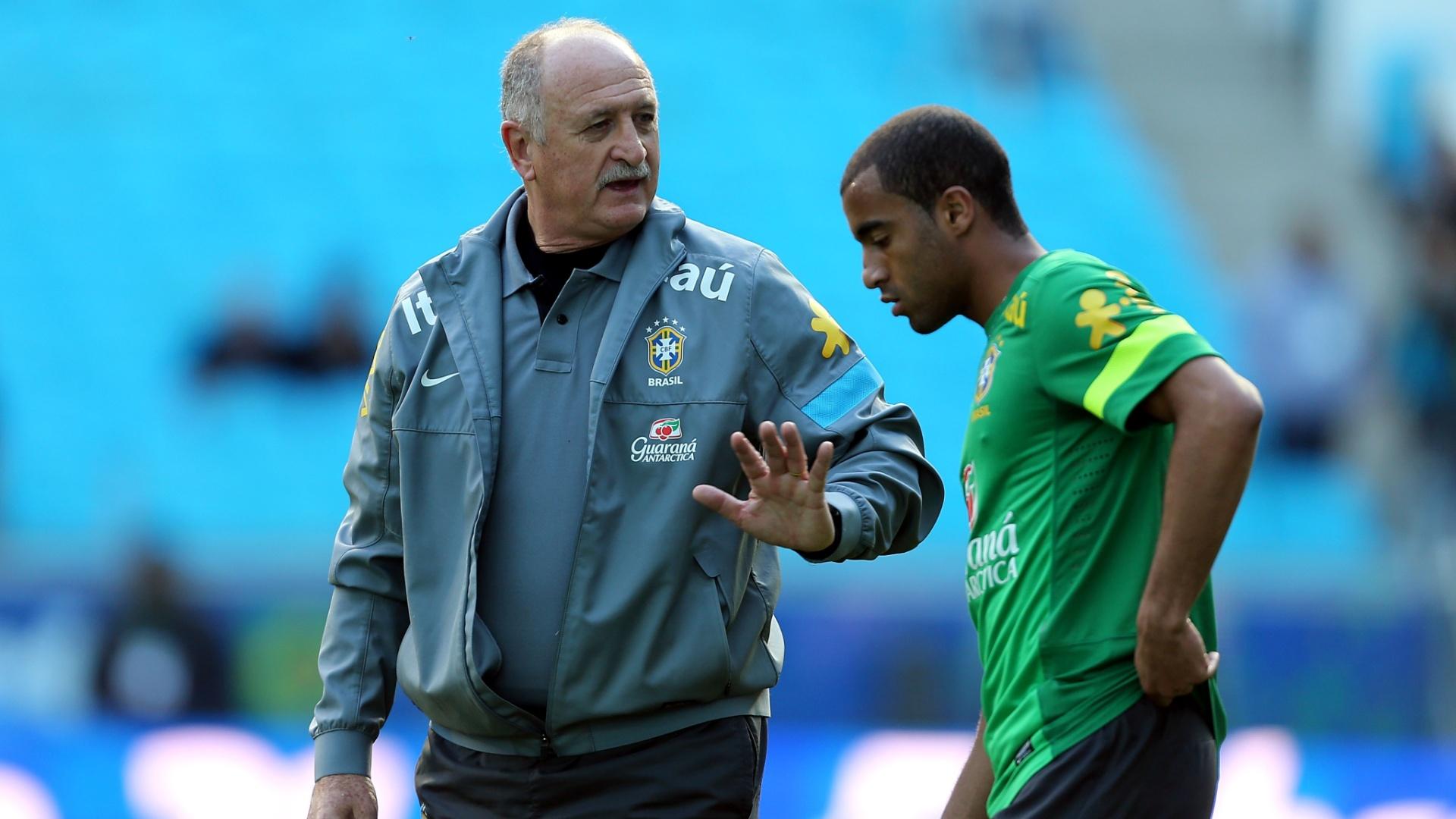 Felipão conversa com Lucas em treino da seleção brasileira em Porto Alegre