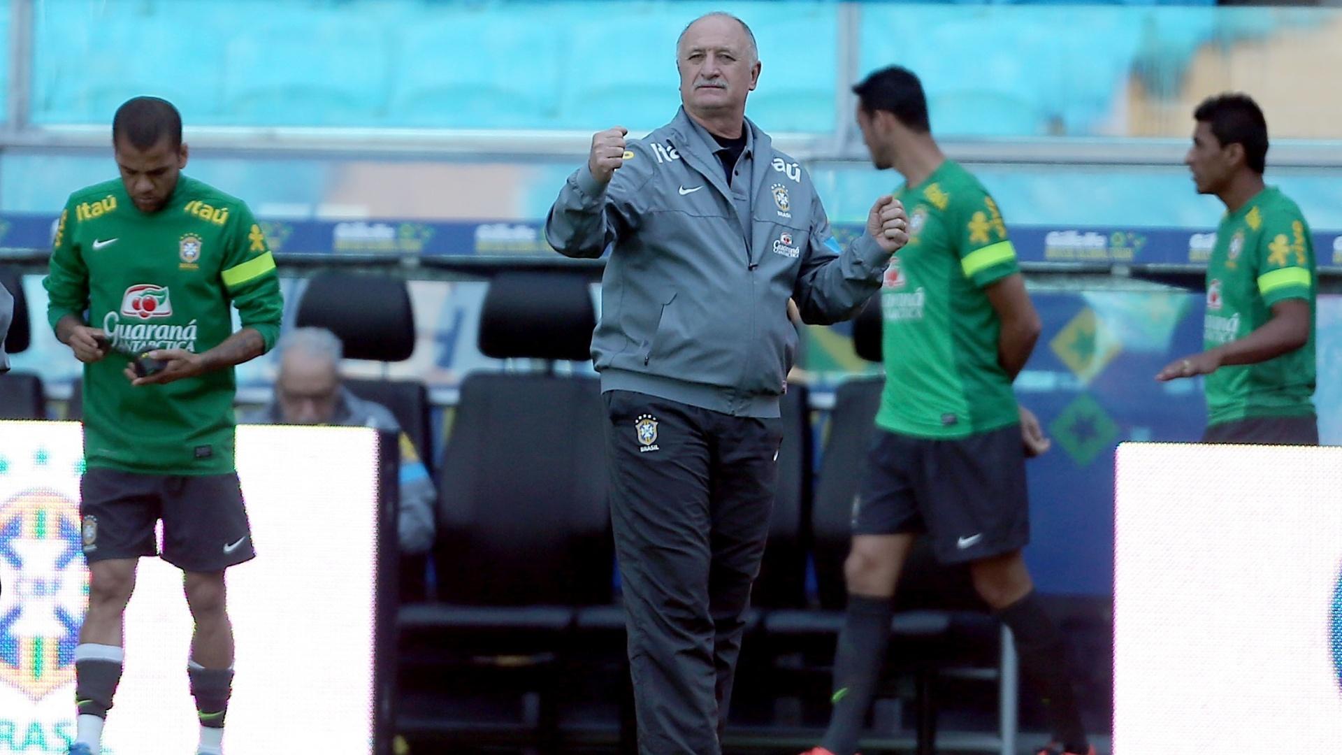 Felipão orienta jogadores em treino da seleção em Porto Alegre