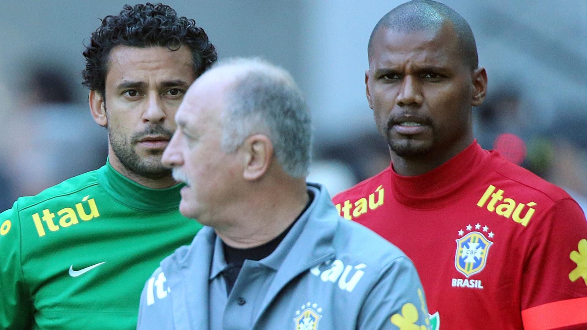 Fred e Jefferson observam orientações de Felipão no treino da seleção brasileira deste sábado